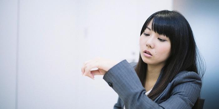 あーあ、今日もワケわかんねー仕事ばっか頼まれたわ、早く合コンいきたいなぁ〜と時計をしきりに気にする女性社員.jpg