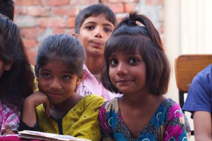 Th P4264265照れる少女 パキスタン