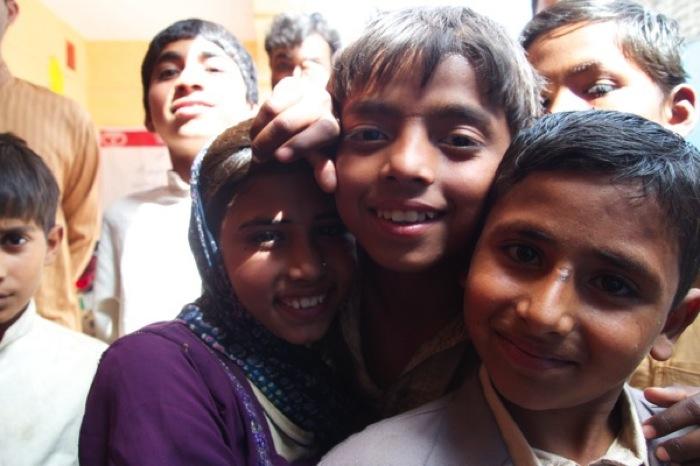 Th P4112585カメラを珍しがる子どもたち パキスタン 2